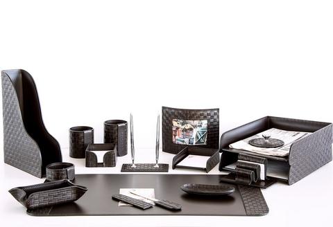 На фото набор на стол руководителя артикул 61415-EX/CT 16 предметов выполнен в цвете темно-коричневый шоколад кожи Cuoietto Treccia и Cuoietto. Возможно изготовление в черном цвете.