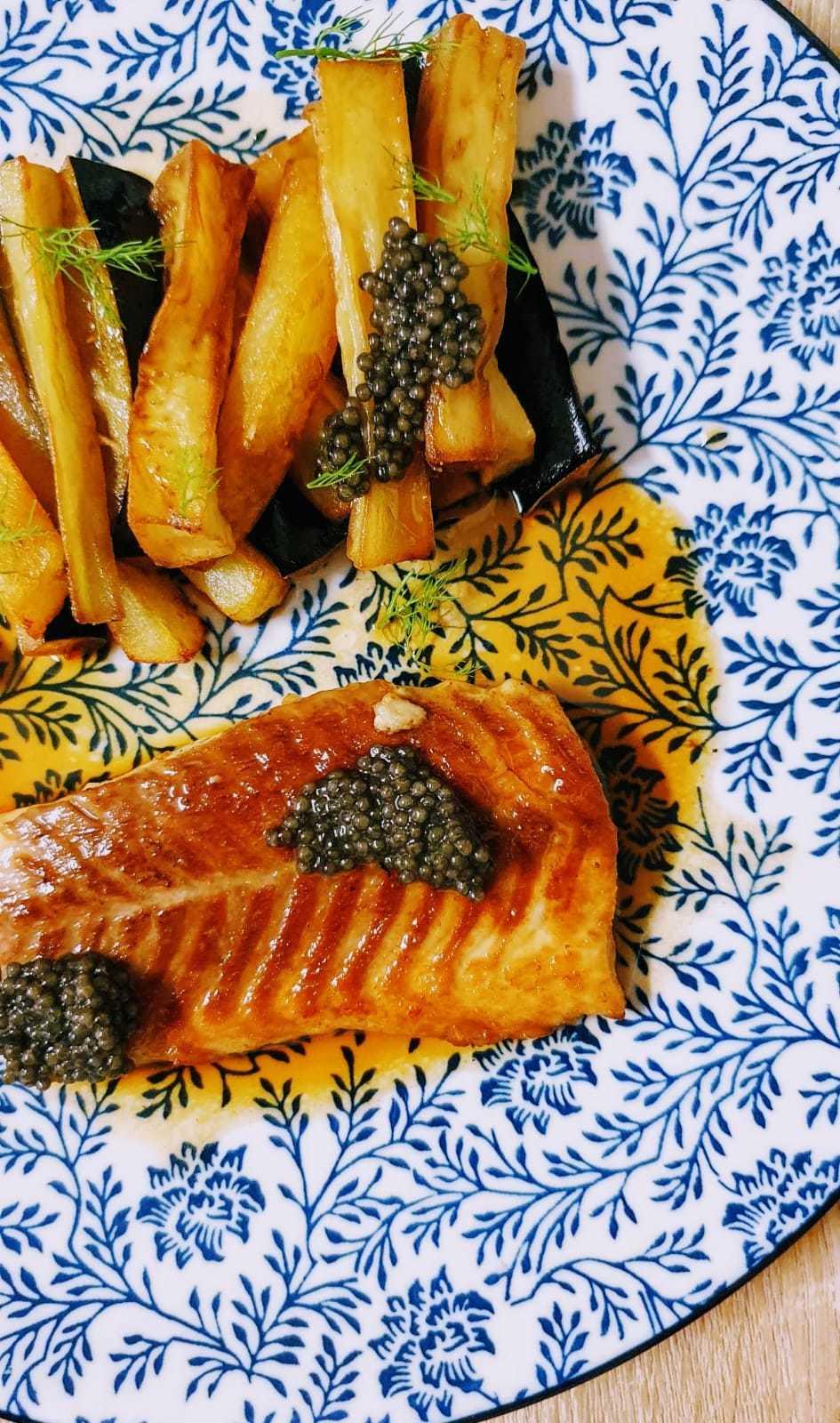 Esturión con berenjena, patata, caviar negro y salsa de miel