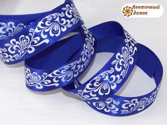 Лента атласная белые завитки на синем 25 мм
