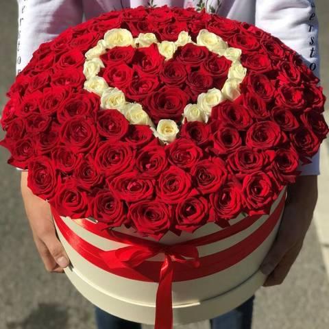 101 красная роза  с белым сердцем в шляпной коробке