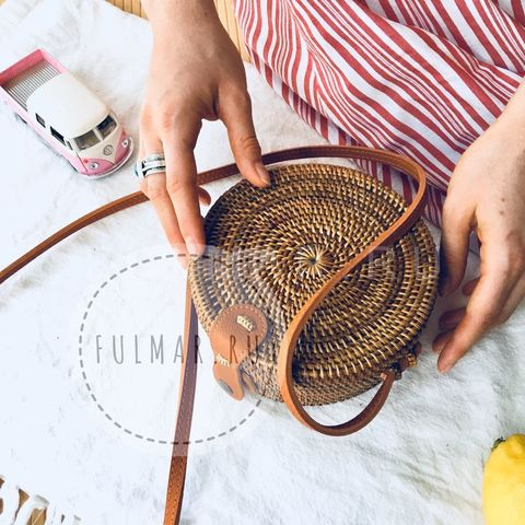 Сумка плетеная из ротанга круглая Коричневая маленькая на кнопке