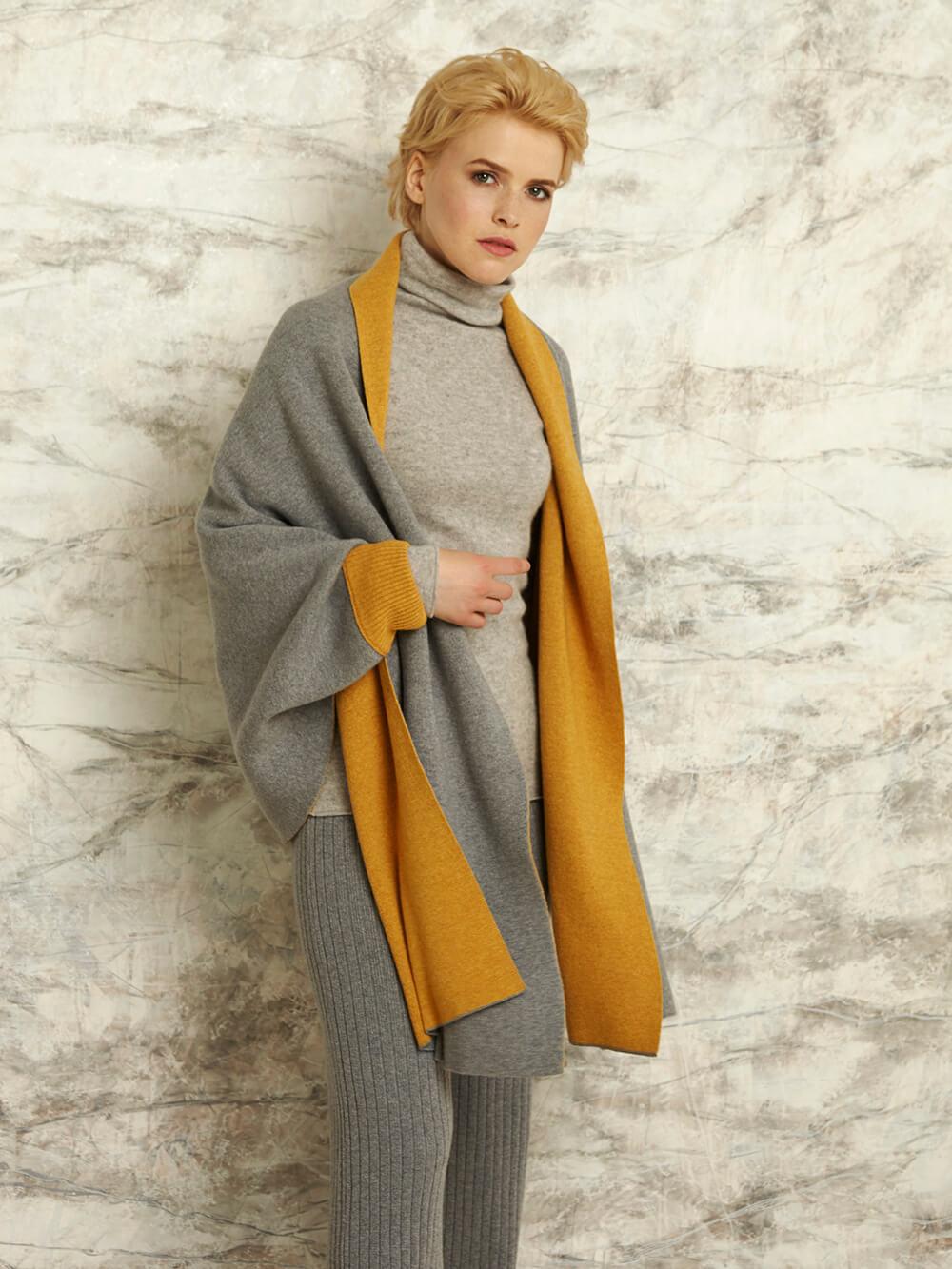 Двусторонний шарф с рукавами на манжетах