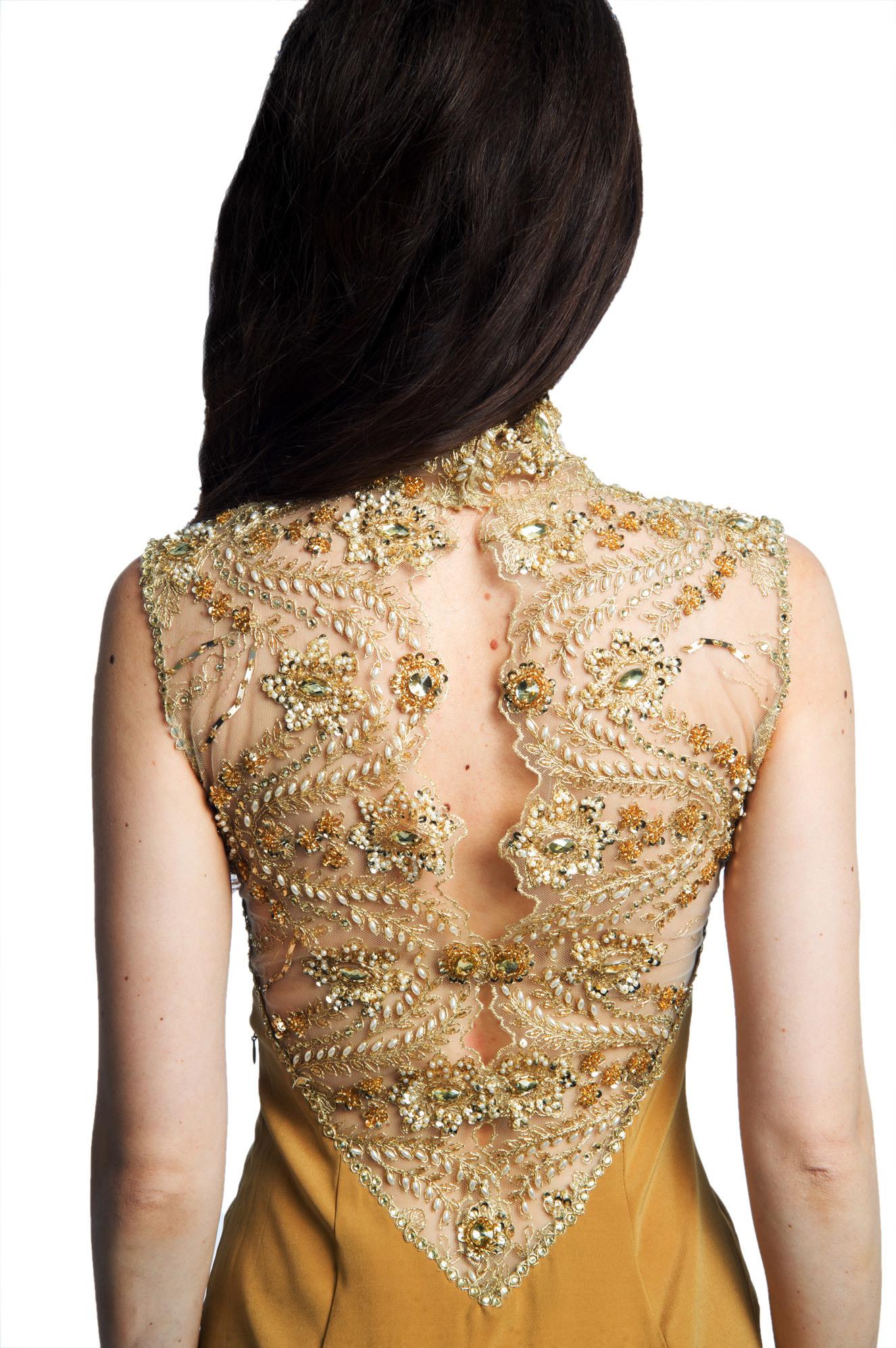 Приталенное золотистое трикотажное платье-макси с открытой спиной, украшенной кружевом