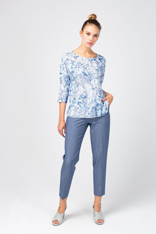 Блуза Г661-528 - Блуза, украшенная фантазийным принтом с цветочными элементами и элементами пейсли, прекрасно сочетается практически с любым низом. Модель с укороченными рукавами подчеркивает тонкие запястья, а круглый вырез акцентирует внимание на линии плеч и шеи.