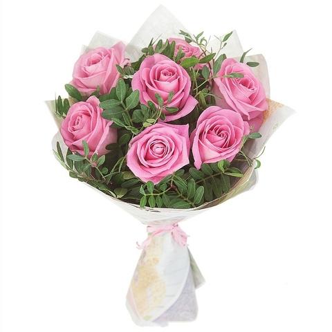 Букет из 7 нежно-розовых роз с зеленью