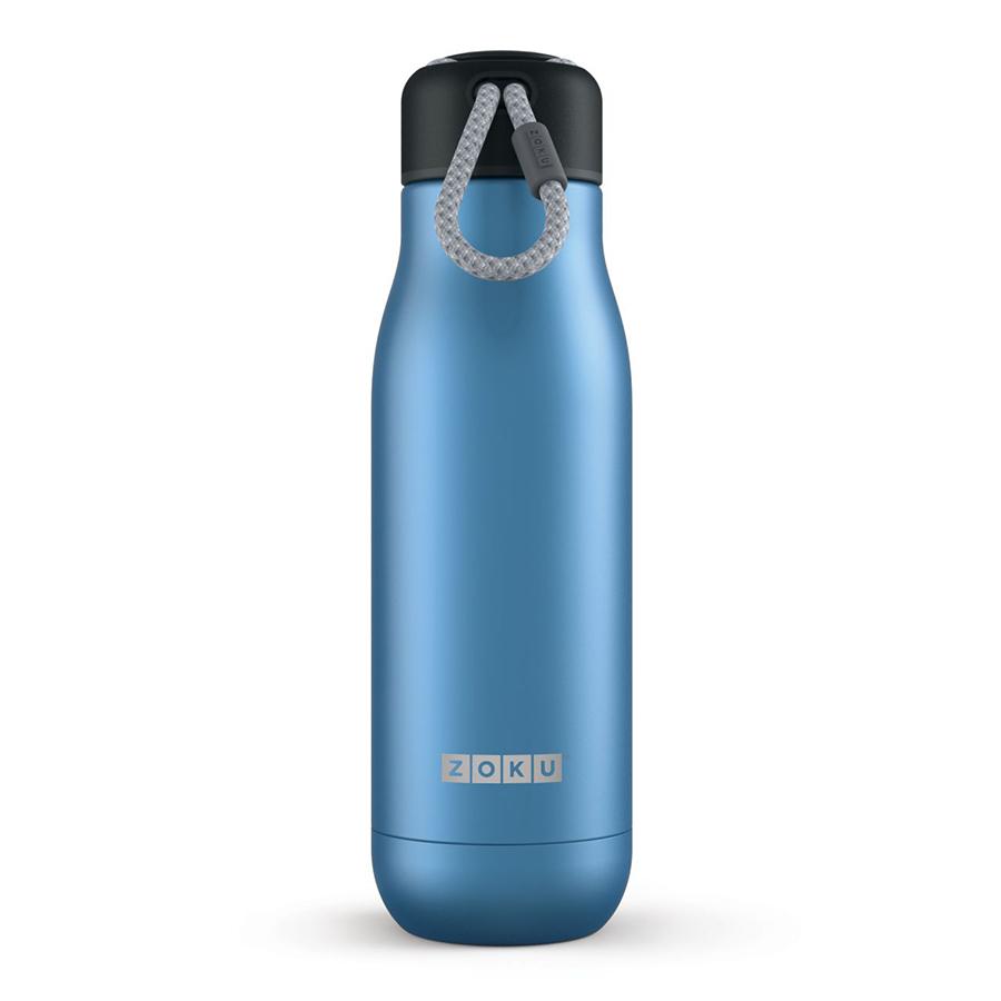 Термос Zoku 500 мл синий ZK142-BLТермосы<br>Термос Zoku 500 мл синий ZK142-BL<br><br><br>Двойные вакуумные стенки Вакуум и толстые стенки из нержавеющей стали поддерживают температуру горячих напитков до 12, а холодных – до 40 часов, поэтому любимые напитки всегда будут доступны в течение дня. При этом бутылку можно спокойно держать в руках без риска обжечься.   Гигиеничное горлышко Узкое горлышко создано специально для питья, вам не потребуются дополнительные стаканы или емкости. Гладкая полированная поверхность легко очищается за считанные секунды и не накапливает на себе бактерии и грязь благодаря тому, что резьба для крышки спрятана внутри. Даже если вы находитесь на активном отдыхе или занимаетесь спортом, ваша бутылка всегда остается чистой и гигиеничной.  Паракорд для переноски Шнур на крышке бутылки называется «паракордом» и позволяет вам брать её с собой, куда бы вы ни направлялись: держите её в руках, несите за ремешок или же прикрепите к снаряжению. Шнур легко вынимается при необходимости, просто потяните защитную крышку вверх.   Нержавеющая сталь  Высокое качество нержавеющей стали 18/8 делает термобутылку особенно прочной: она устойчива к коррозии, не разрушается и не впитывает запахи. Бутылка будет служить долго и не потребует замены деталей. Используемая сталь полностью пригодна для пищевых продуктов, не содержит фталатов и бисфенола-А.   Открывается одним движением Чтобы закрутить или открутить крышку, достаточно всего одного оборота, что очень удобно, если вы на ходу или за рулем. Крышка с силиконовой вставкой полностью герметична, поэтому бутылку можно смело убрать в рюкзак, чемодан или сумку, не боясь, что ее содержимое прольется.  Стильный дизайн Привлекательный внешний вид, яркие цвета и качественные материалы делают эту термобутылку идеальным компаньоном для активных и следящих за своим здоровьем людей. Она подчеркнет ваш имидж и добавит ему ярких акцентов. Берите её с собой на прогулки, в спортзал и в любое путешествие, не боясь, что ваши напи