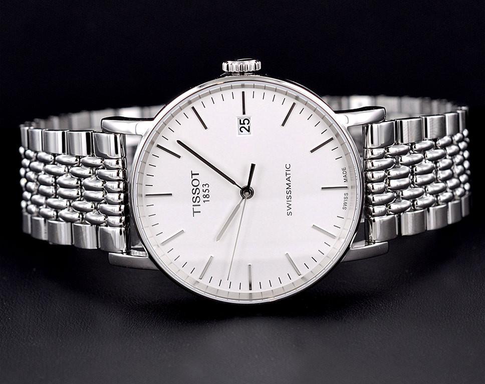 Сегодня tissot входит в группу компаний swatch, которая является крупнейшим производителем и дистрибьютором часов.