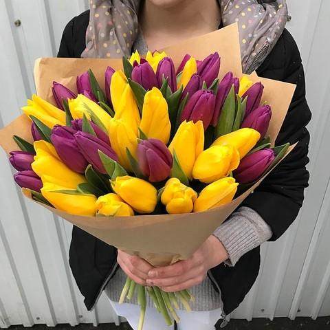 Букет из желтых и сиреневых тюльпанов
