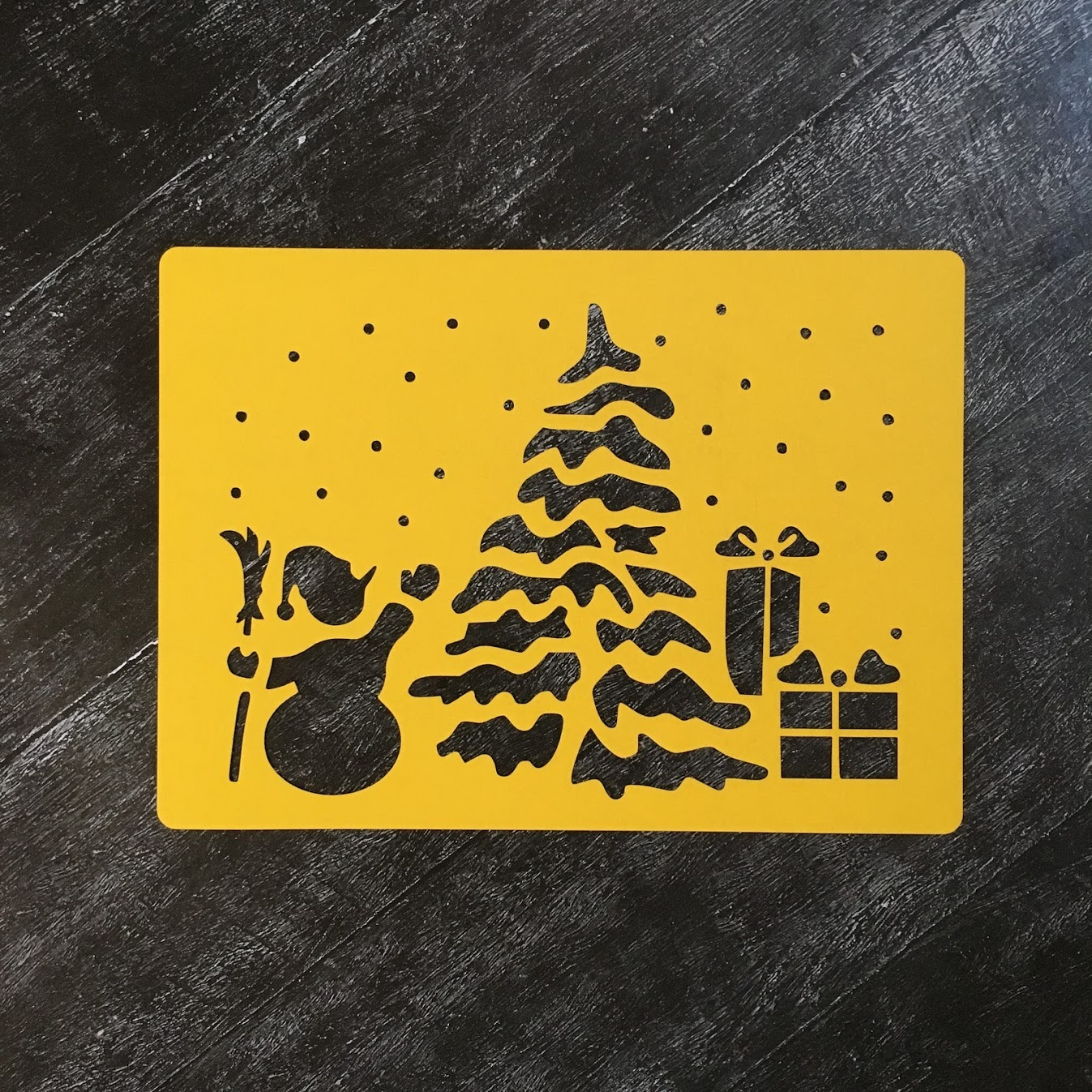 Трафарет новогодний №9 Снеговик и ёлка с подарками