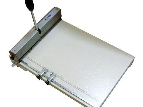 Биговщик ручной Cyklos DC 320 - максимальная раб. ширина: 320мм, плотность бумаги: до 400г/м, ширина бига: 1,2 / 1,4мм, возможность одновременного прямого и обратного бига с отступом 7мм.