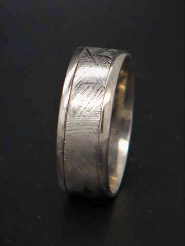 Кольцо из метеорита и титана. Размер 20.5