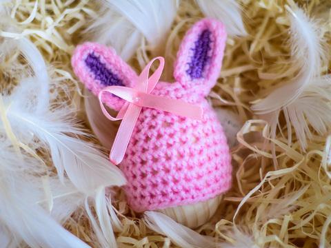 Великодній декор. Шапочка на крашанки - Кролик рожевий з бузковими вставками.