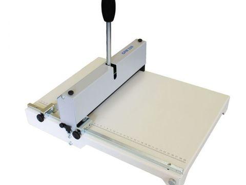 Ручной биговщик-перфоратор Cyklos GРM 320 - максимальная раб.ширина: 320мм, плотность бумаги биговка: до 400г/м2, плотность бумаги перфорация: до 250г/м2, ширина бига: 0,8 / 1,1 / 1,5мм.