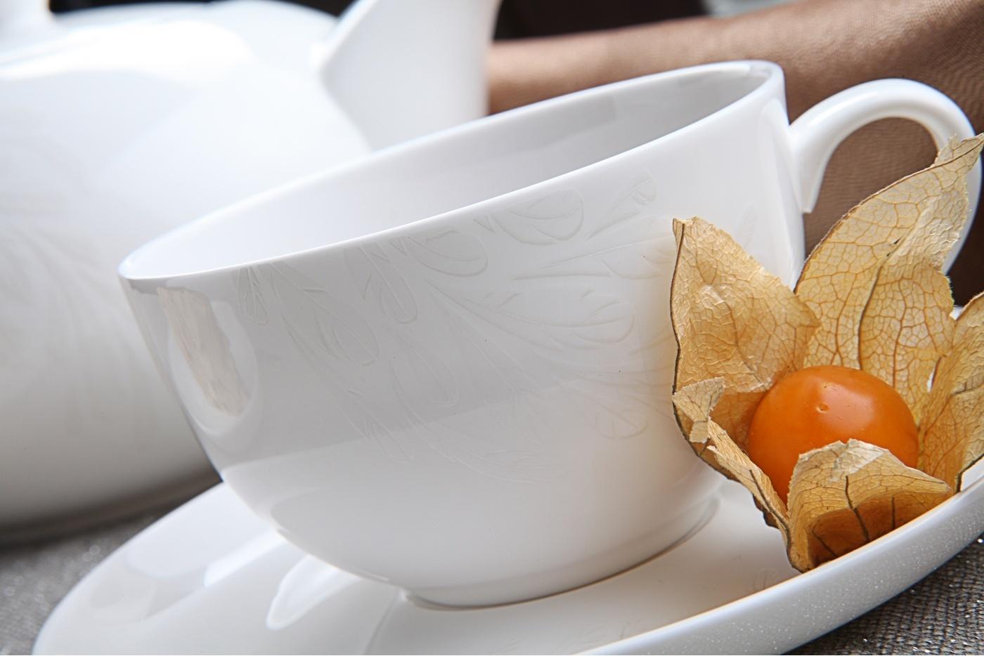 Чайный сервиз Royal Aurel Феникс арт.136, 13 предметовЧайные сервизы<br>Чайный сервиз Royal Aurel Феникс арт.136, 13 предметов<br><br><br><br><br><br><br><br><br><br><br>Чашка 300 мл,6 шт.<br>Блюдце 15 см,6 шт.<br>Чайник 1300 мл<br><br><br><br><br><br><br>Производить посуду из фарфора начали в Китае на стыке 6-7 веков. Неустанно совершенствуя и селективно отбирая сырье для производства посуды из фарфора, мастерам удалось добиться выдающихся характеристик фарфора: белизны и тонкостенности. В XV веке появился особый интерес к китайской фарфоровой посуде, так как в это время Европе возникла мода на самобытные китайские вещи. Роскошный китайский фарфор являлся изыском и был в новинку, поэтому он выступал в качестве подарка королям, а также знатным людям. Такой дорогой подарок был очень престижен и по праву являлся элитной посудой. Как известно из многочисленных исторических документов, в Европе китайские изделия из фарфора ценились практически как золото. <br>Проверка изделий из костяного фарфора на подлинность <br>По сравнению с производством других видов фарфора процесс производства изделий из настоящего костяного фарфора сложен и весьма длителен. Посуда из изящного фарфора - это элитная посуда, которая всегда ассоциируется с богатством, величием и благородством. Несмотря на небольшую толщину, фарфоровая посуда - это очень прочное изделие. Для демонстрации плотности и прочности фарфора можно легко коснуться предметов посуды из фарфора деревянной палочкой, и тогда мы услушим характерный металлический звон. В составе фарфоровой посуды присутствует костяная зола, благодаря чему она может быть намного тоньше (не более 2,5 мм) и легче твердого или мягкого фарфора. Безупречная белизна - ключевой признак отличия такого фарфора от других. Цвет обычного фарфора сероватый или ближе к голубоватому, а костяной фарфор будет всегда будет молочно-белого цвета. Характерная и немаловажная деталь - это невесомая прозрачность изделий из фарфора такая, что сквозь него проходит свет.<br>