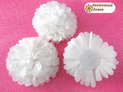 Цветок из ткани белый