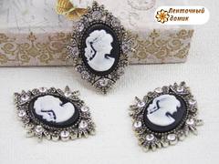 Камни овалы в серебряном ромбовом обрамлении с дамой