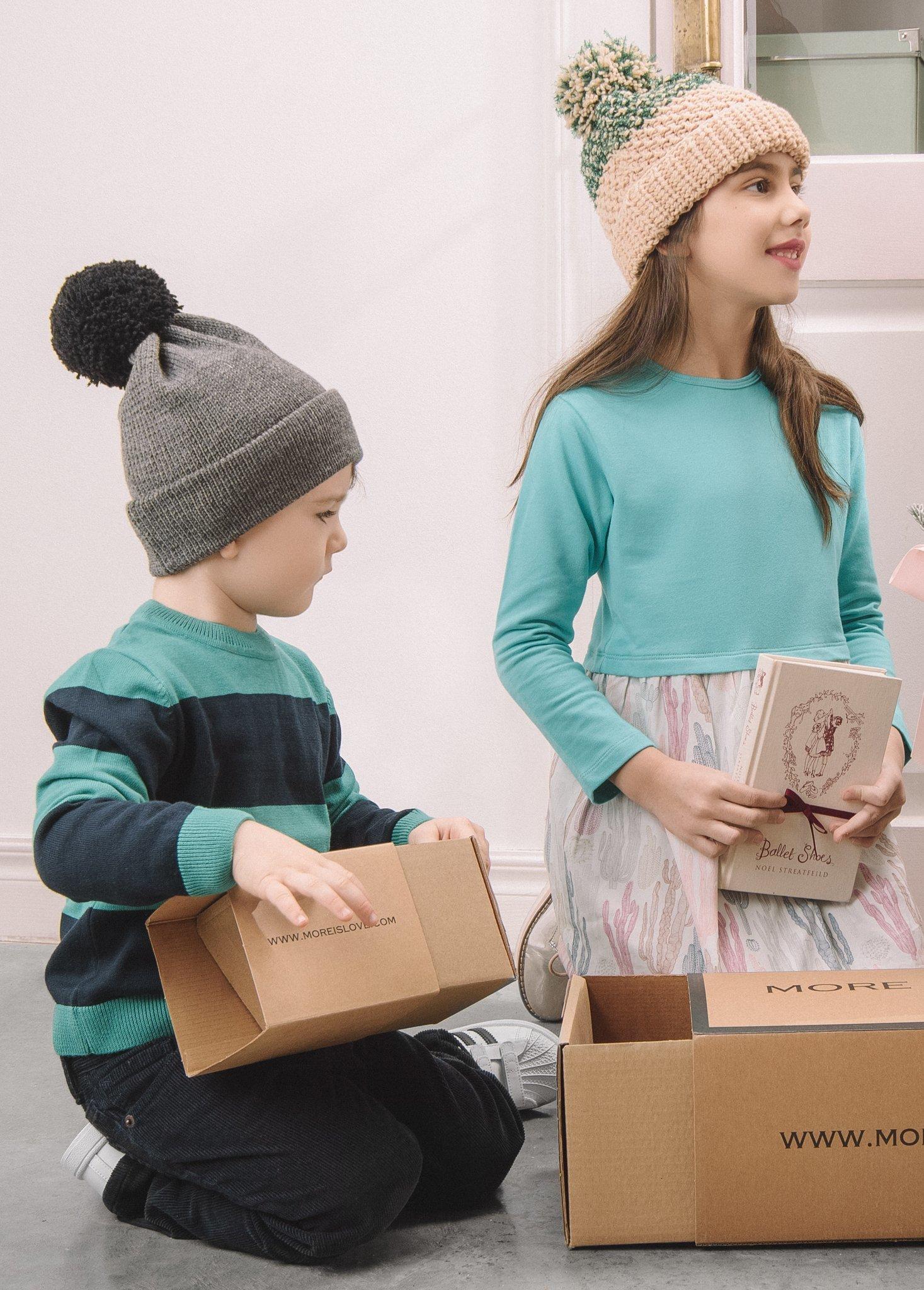 Бежевая шапочка с зеленой нитью для девочки