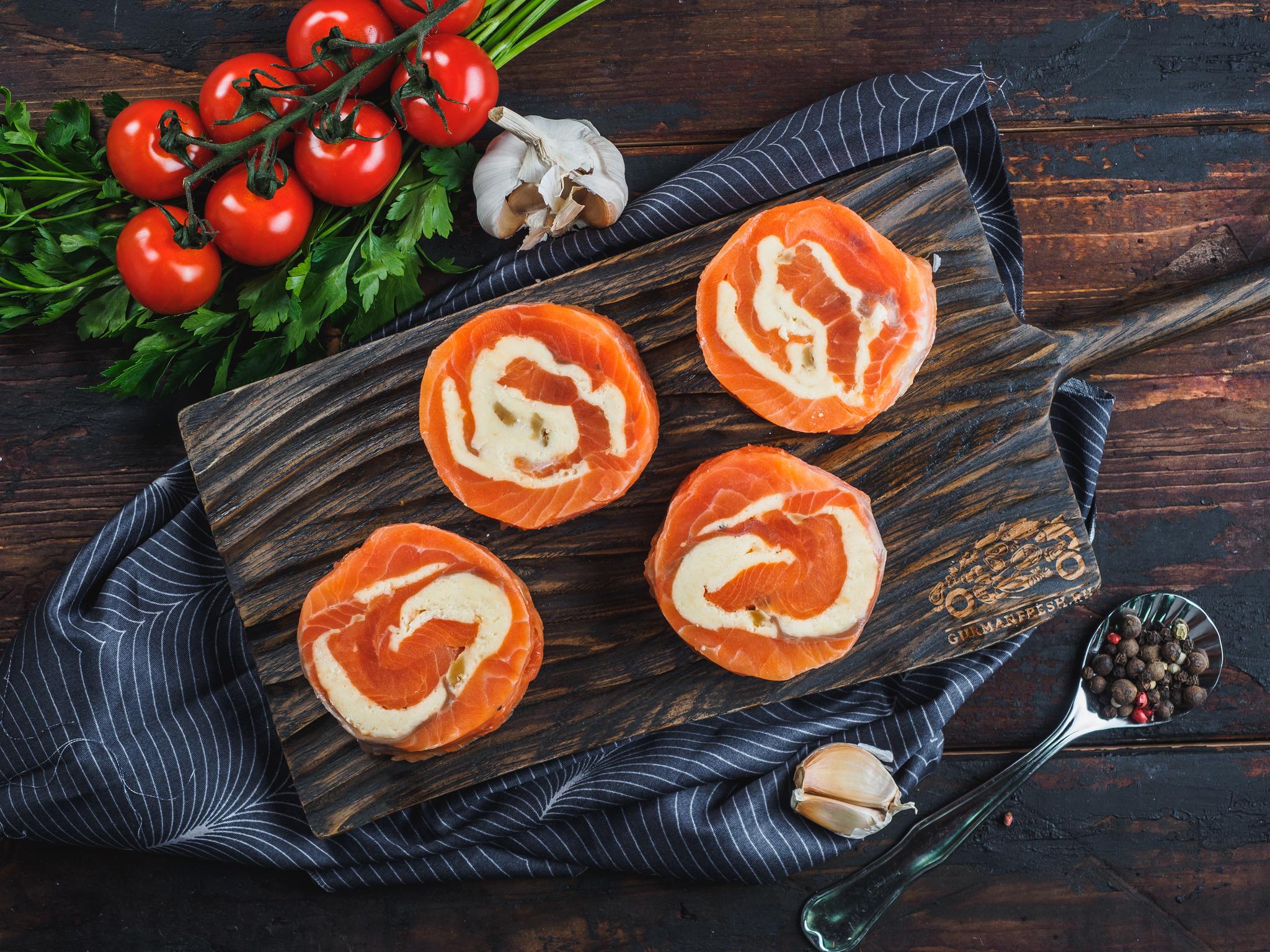 Рулеты из форели с сыром и грецкими орехами