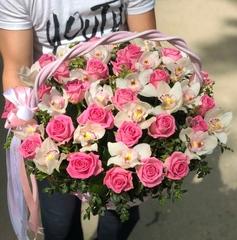 Розы и орхидеи в корзине