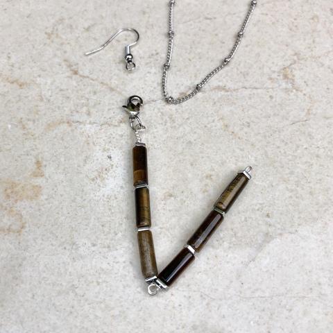 Подвеска Буква V из натурального камня (тигровый глаз) и гематита с замочком серебряного цвета