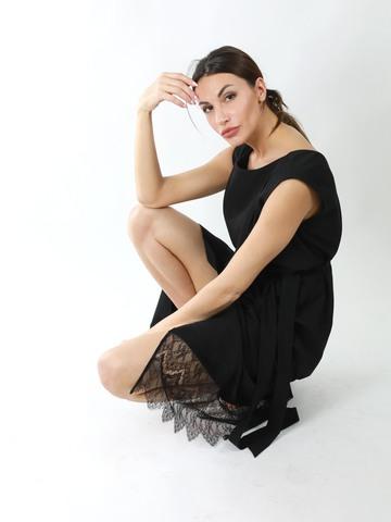 Платье с ассиметричным запахом с отделкой кружевом