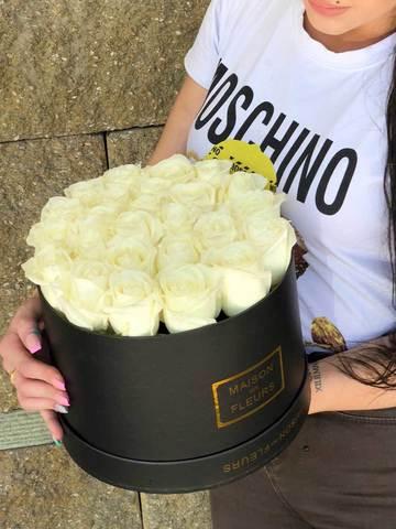Белые розы в коробке Maison Des fleurs