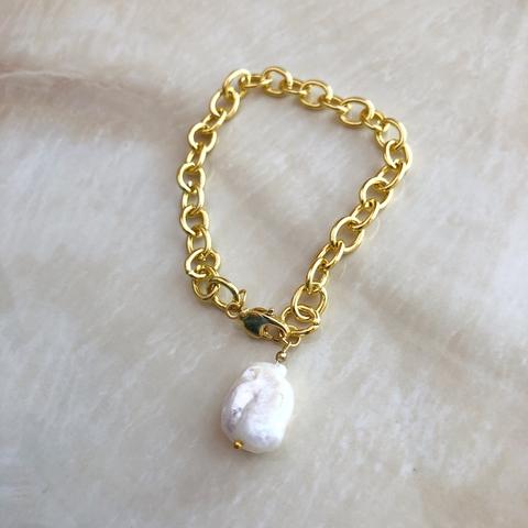 Браслет из металлической цепочки цвета золота и с барочной жемчужиной