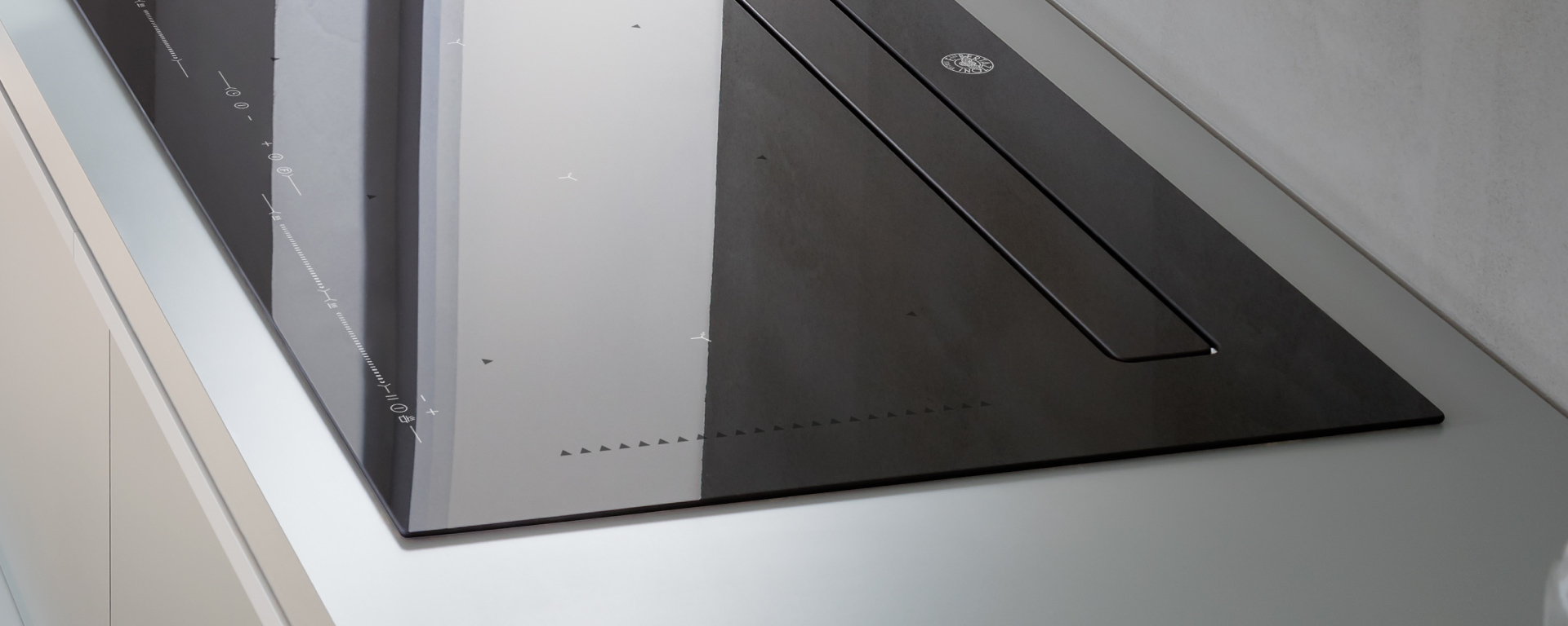 Индукционная варочная панель со встроенной вытяжкой Bertazzoni P904IBHNE