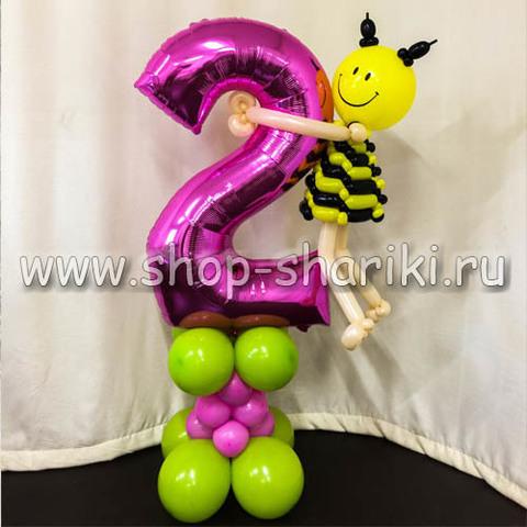 Цифра 2 на стойке с пчелкой