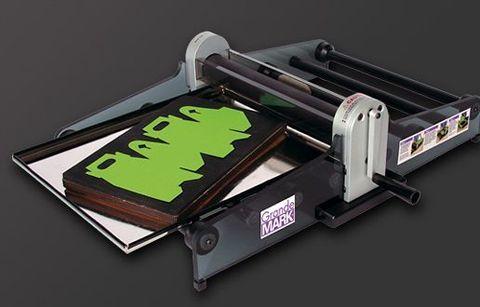 Машина GrandeMARK 2 - предназначена для вырубки, перфорирования, биговки и тиснения таких материалов как бумага, картон, пластик, гофрокартон, магнитный винил и т.д.
