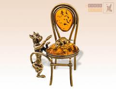 Кот и мышка на стуле