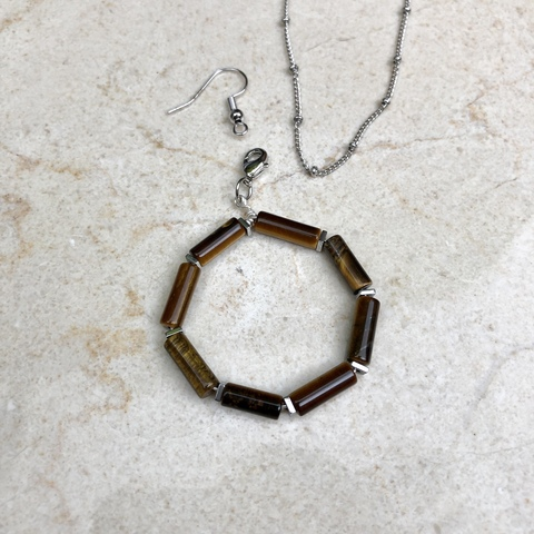 Подвеска Буква O из натурального камня (тигровый глаз) и гематита с замочком серебряного цвета