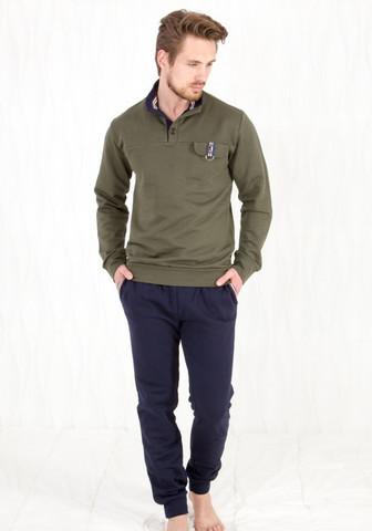 Защитного цвета кофта + темно-синие брюки