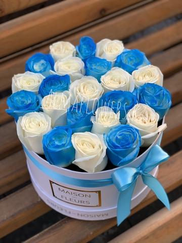 Синие и белые розы в белой подарочной коробке