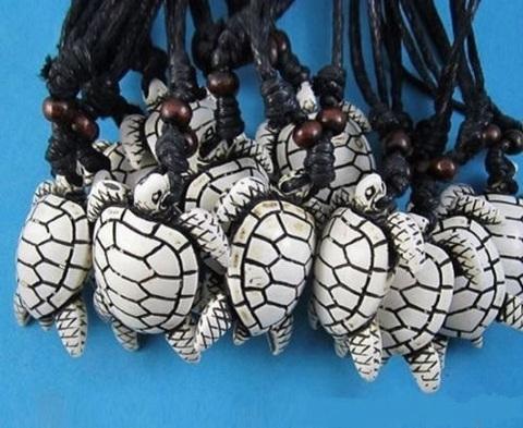 Кулон на шнурке белая морская черепаха