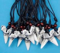 Кулон на шнурке зуб акулы