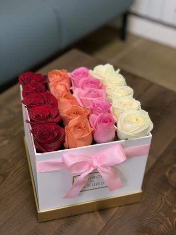 Цветные розы в белой подарочной коробке