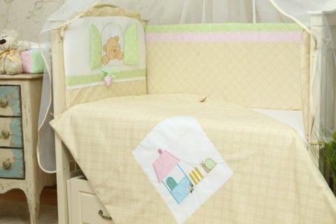 Защита в кроватку для новорожденных Клубничка беж