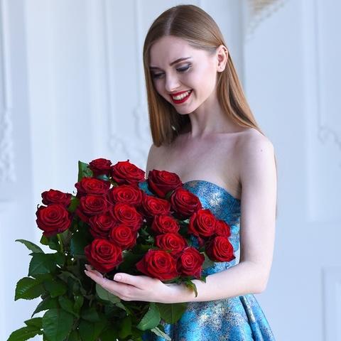 Букет 21 красная роза  Red Naomi
