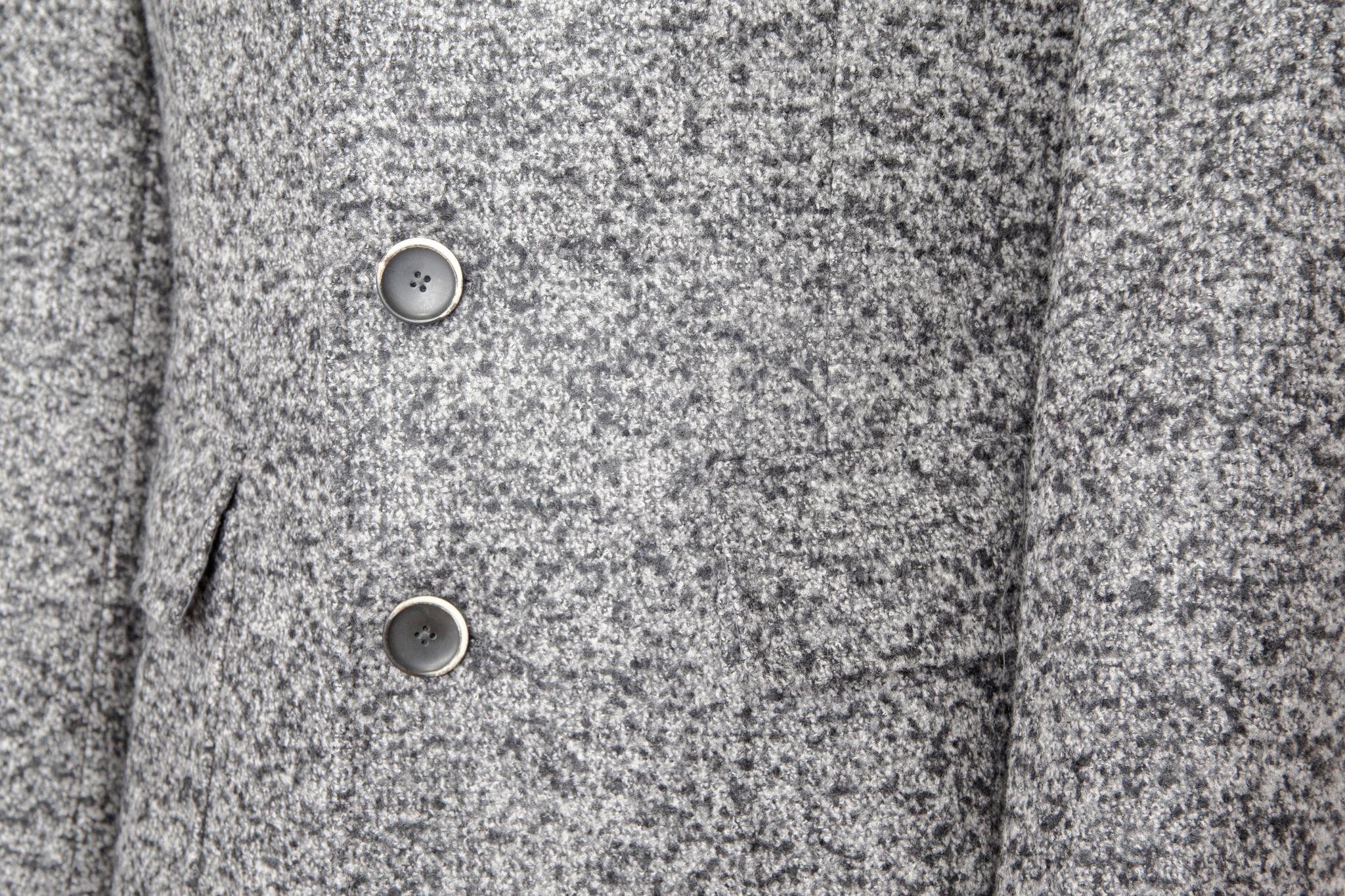 Классическое серое шерстяное пальто, накладной карман