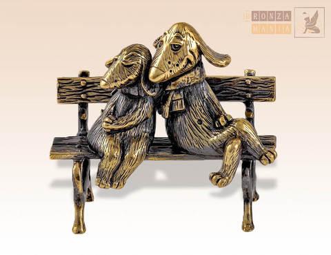 фигурка Собаки обнимаются на скамейке