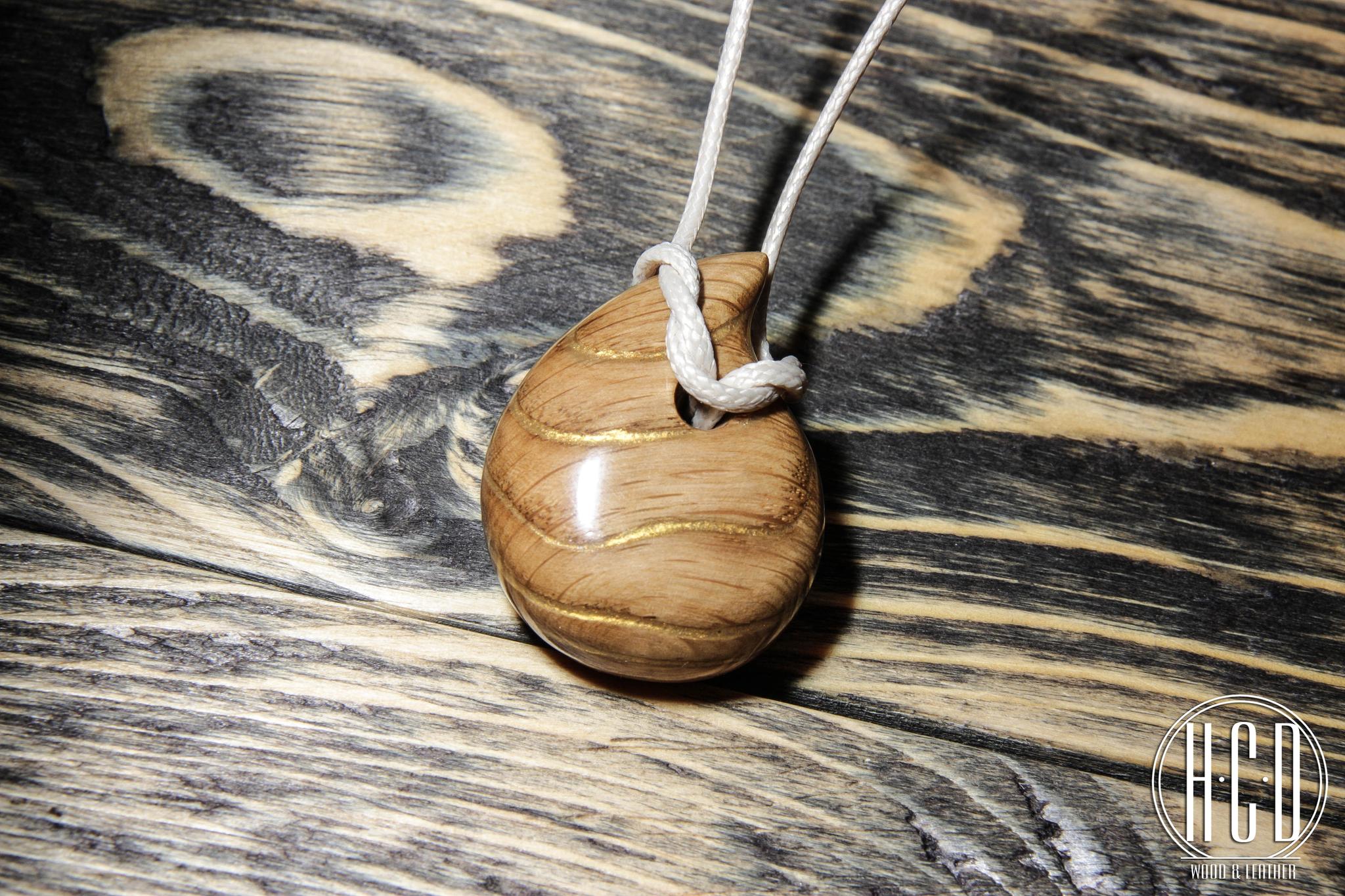 Деревянный кулон с прокрашенными волокнами