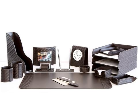 На фото набор на стол руководителя артикул 61815-EX/CT 16 предметов выполнен в цвете темно-коричневый шоколад кожи Cuoietto Treccia и Cuoietto. Возможно изготовление в черном цвете.