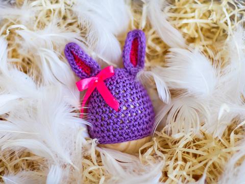 Великодній декор. Шапочка на крашанки - Кролик фіолетовий з малиновими вставками.