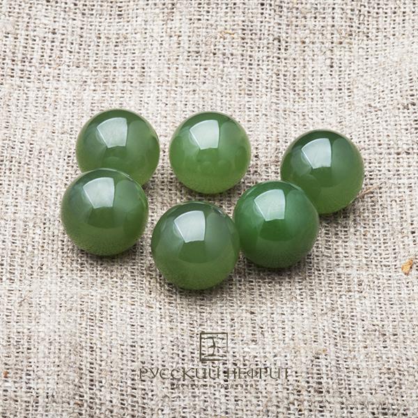 Бусины из зелёного нефрита высшего качества.