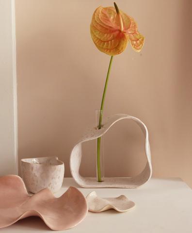 Керамическая ваза молочная в пятнах