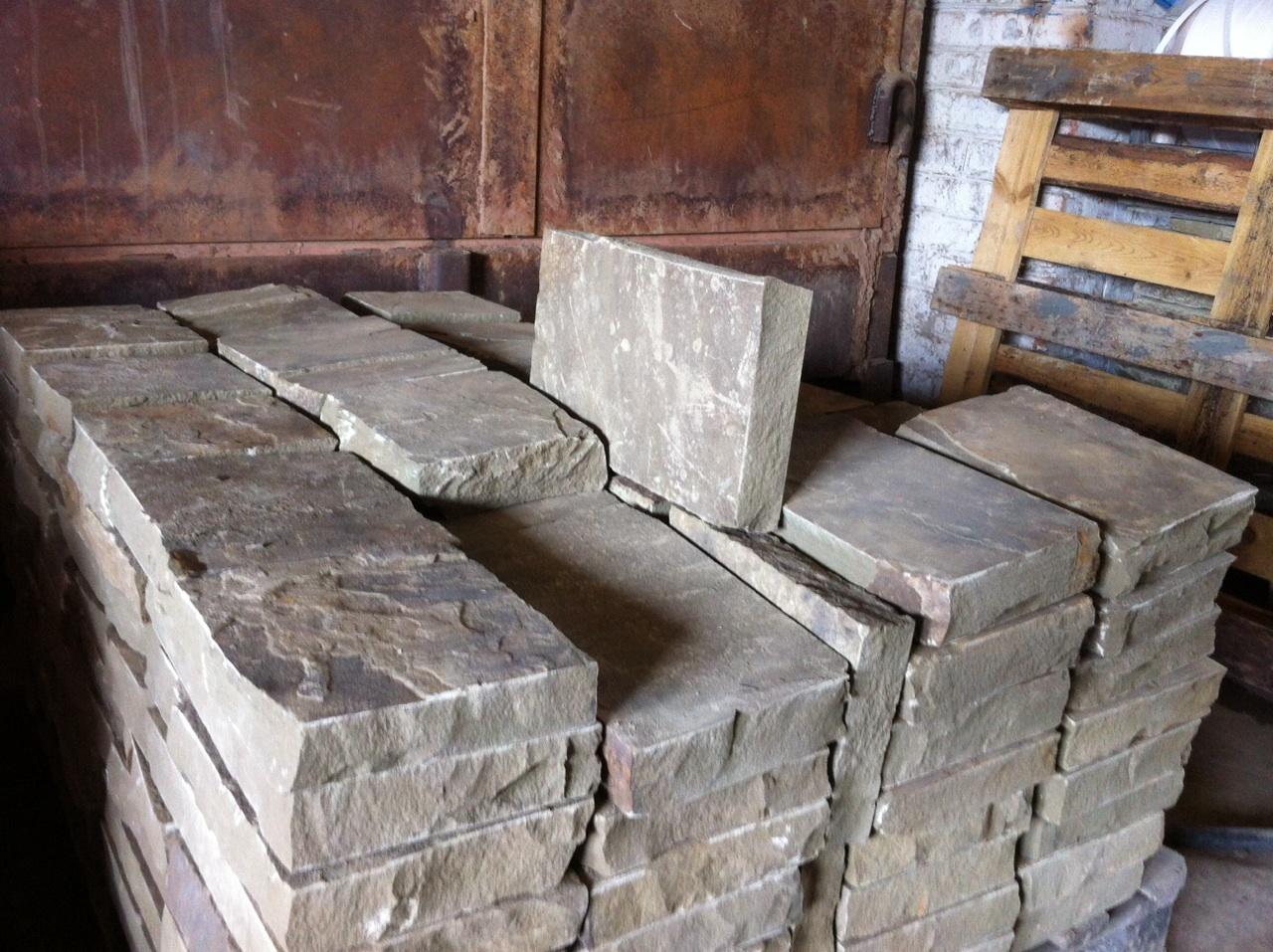 Бортовой камень колотый Серый