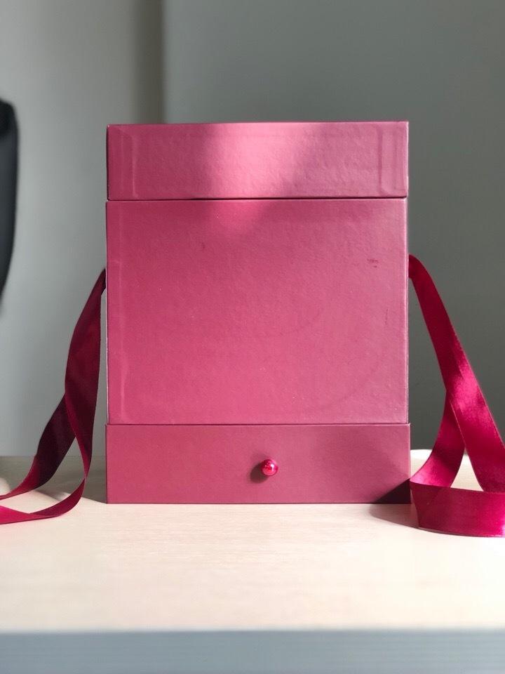Квадратная коробка с отделением для подарка. Цвет: Бордо . В розницу 450 рублей .