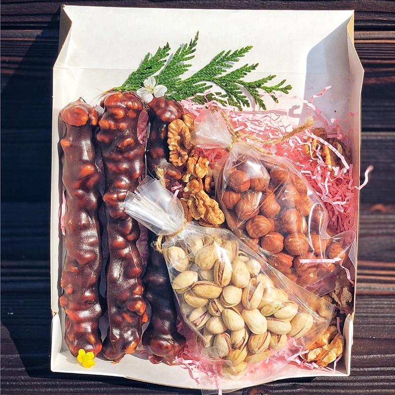 Фотография Подарочный набор с чурчхелой и орехами, 570 г купить в магазине Афлора
