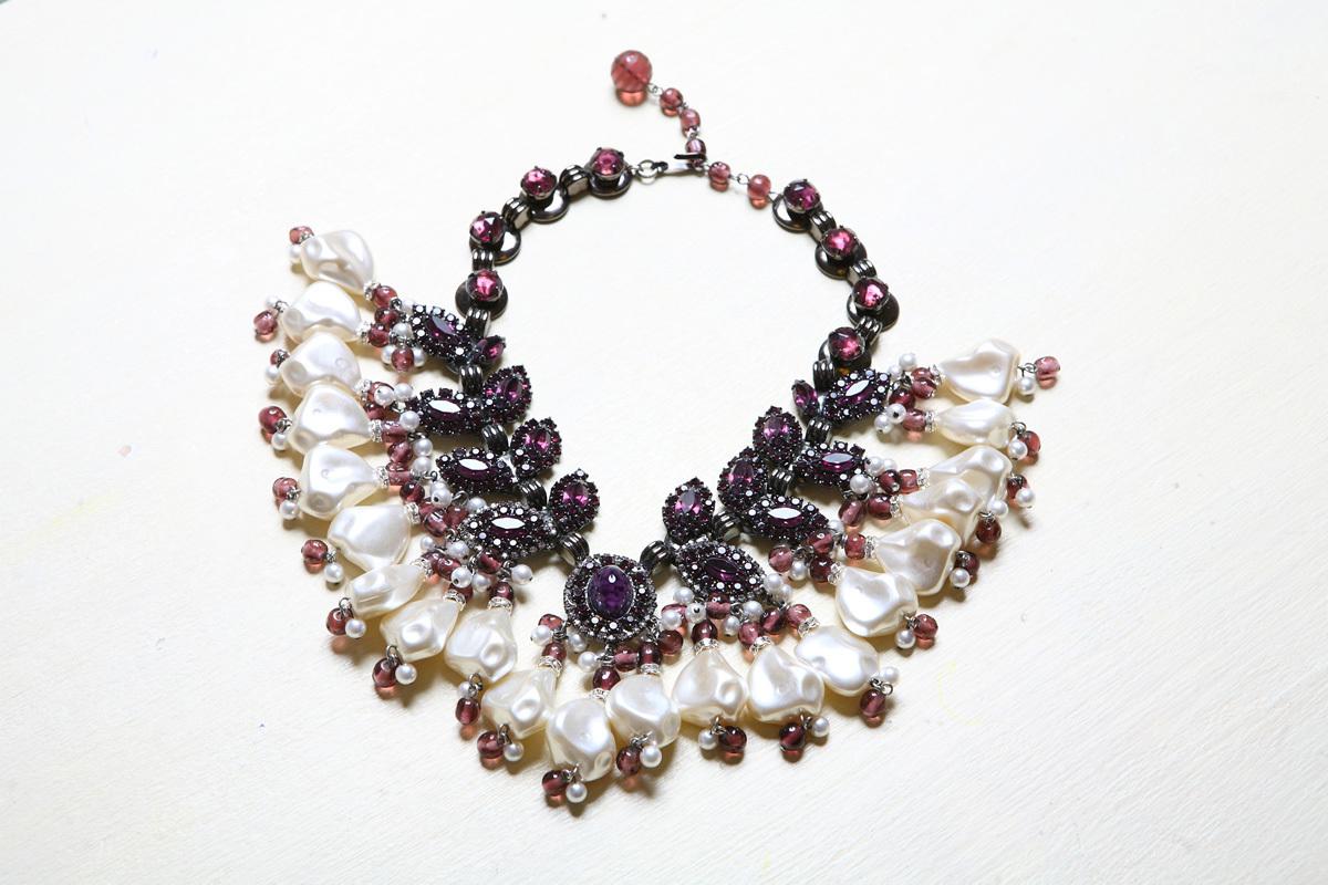 Изысканное колье с сиреневыми кристаллами и барочным жемчугом от Larry Vrba
